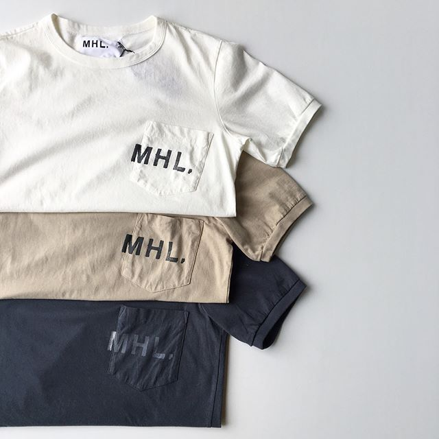 .程よいムラのある糸を使用し柔らかく編み立てられた生地は洗いざらしの質感が特徴のMHLオリジナル素材のロゴTシャツ。今年も入荷です︎ 今回はホワイト、ベージュ、グレーの3色。sizeウィメンズ  Ⅱ . Ⅲメンズ  S . M . L .XLあわせてこちらもどうぞ@haus_howell .#MHL.#printed cotton jersey #logotee #hausmatsue #島根#松江