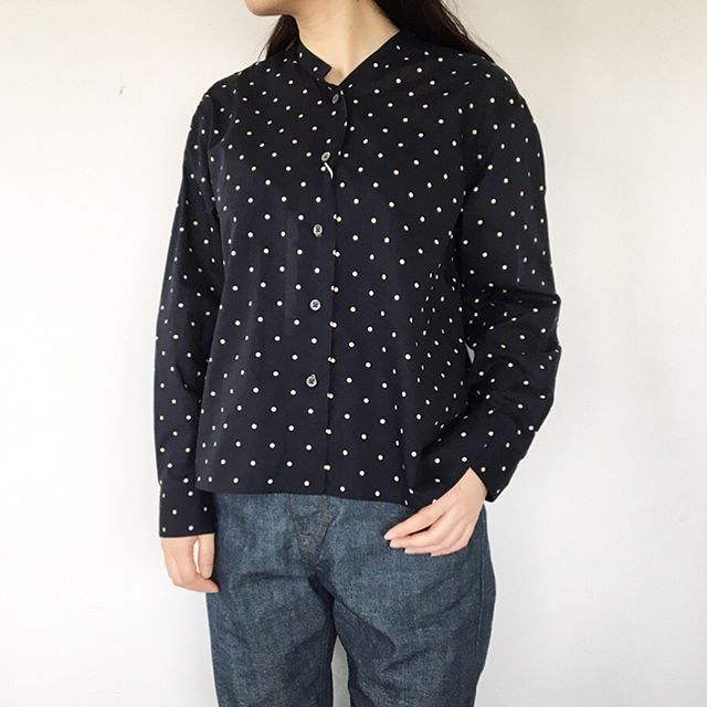 .ネイビーベースにエクリュのスポットプリント。ボクシーでたっぷりとした分量感。着丈は短めなので太めなボトムやスカートにもおすすめです。color ネイビーsize  Ⅰ . Ⅱあわせてこちらもどうぞ@haus_howell .#margarethowell #close spot batiste#Italy#shirt#hausmatsue #島根#松江