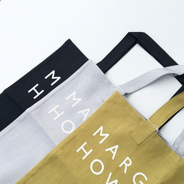 .ハウスホールドの定番商品となった春夏のリネンロゴバッグが入荷しました。今シーズンはグレー×ホワイトチャコール×ホワイトライム×ホワイトの3色。size 縦42㎝×幅45㎝日本製#margarethowell #household goods#linen logo bag#linen#logobag #hausmatsue #島根#松江