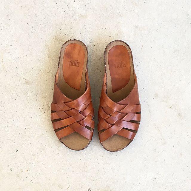 .なんだかんだでさくっと気軽に脱ぎ履きできるのがうれしい、このカタチ。表情のある革の焼け具合もすてきです。color ブラウン、ブラックsize  36 . 37 . 38 .39#vialis#sandal#Spain#Barcelona#hausmatsue #島根#松江