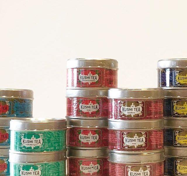 .フランスパリを拠点に世界中で人気の紅茶の名門「KUSUMI TEA」️遂にHÅUSに入荷しました。.見ているだけで幸福感に包まれる素敵な缶のパッケージに入った25g缶シリーズ。個性と風味が豊かなフレーバーをお楽しみいただけます。12種のフレーバーがセットになったエッセンシャルは数多く存在するフレーバーの中からお気に入りを見つけ出すのに最適です。.150年の時を経て世界中から愛されるKUSUMI TEAをぜひこのご機会お試しください。来月に迫った母の日のギフトにもおすすめです.#kusumitea#クスミティー#紅茶#母の日