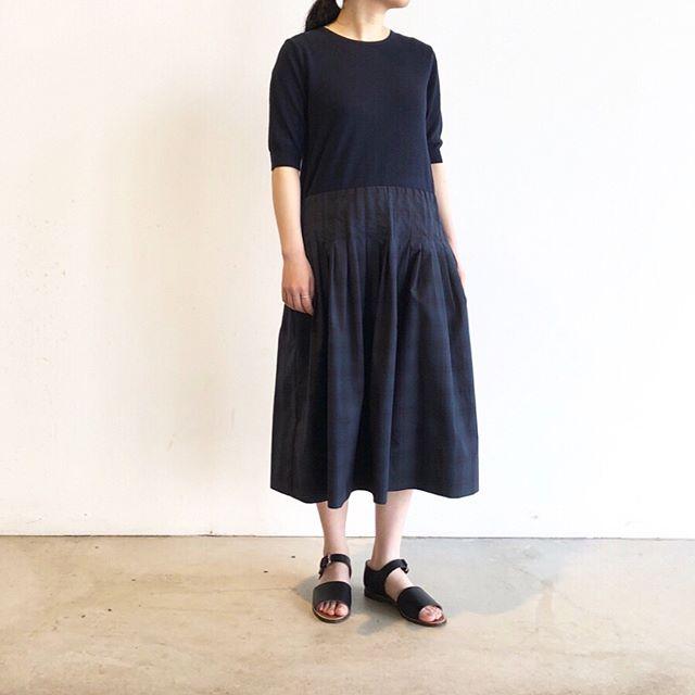 .どこに行くにもコーデに迷わないほどよく落ち着いたハウエルのワンピースが届きました。シンプルなクルーネックの5分袖ニットにブラックウォッチのタータンチェックのスカートを合わせたようなワンピースはトップスのボリュームが抑え気味で1枚でバランスがとりやすいデザインです。color ネイビー#margarethowell #tartan poplin cotton #onepiece#blackwatch #ankle strap sandal#sandal#hausmatsue #島根#松江