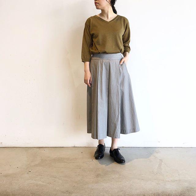 .ガンジーディテールのハイゲージニットで甘すぎないスカートスタイル。色の合わせかたでもぐっと落ち着いた印象に。ハリとコシなありながらもソフトな風合いのラミーとコットンのニット。自然な光沢がありモダンな印象。通気性が高いので高温多湿な日本の気候にぴったりな素材です。color カーキ、グレー、ホワイトあわせてこちらもどうぞ@haus_howell #margarethowell #high gauge gurensey#linenknit#linen#hairline stripe cotton #skirt#hausmatsue #島根#松江