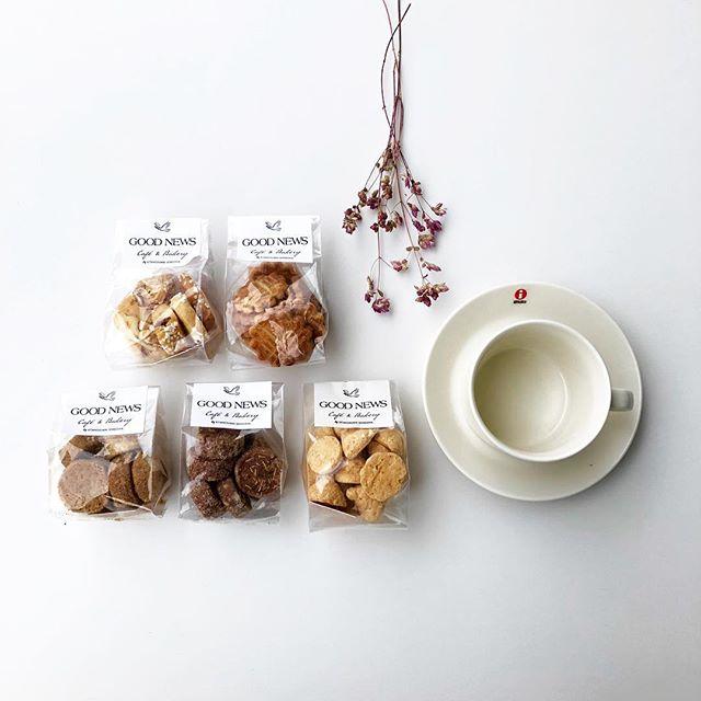 """.『 北の住まい設計社 』.安心でおいしい食を提案する、北海道の「北の住まい設計社」からオリジナルクッキーが入荷しました🕊春の午後にぴったりの北海道産の食材にこだわって作られた優しく深みのある味わい。さらにパッケージには縁起のいい""""GOOD NEWS""""のロゴデザインが。大切な方への贈り物にひとつ添えてみたくなります。.HÅUSオリジナルのボタニカルジェルキャンドルと合わせたギフトボックスもご用意しました。母の日をはじめ、大切な方へのギフトをお考えの方はどうぞお見逃しなく。昨日ご紹介した「日曜日のクッキー」とも合わせてご覧ください。.#北の住まい設計社#goodnews#クッキー#北海道#haus #haus_matsue #hausmatsue #松江カフェ #島根カフェ #松江旅行#島根旅行#松江 #島根 #山陰"""