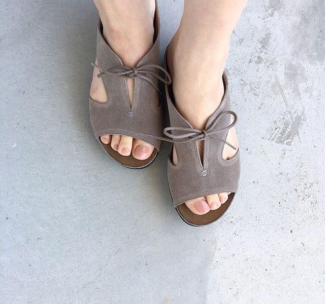 .vialisどこか懐かしい革靴のような雰囲気。靴下とあわせても可愛いですね。スエードのやわらかい色も足馴染みが良くておすすめです。color グレーsize  36 . 37 . 38#vialis#sandal#Spain#Barcelona#hausmatsue #島根#松江