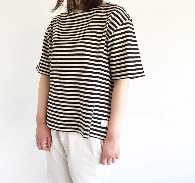 .ゆったりとしたサイズ感とうれしい長めの袖。裾のスリット裏につけられた綾テープがポイント。厚地だから透け感の心配もなく体のシルエットが見えにくいのもうれしい。color ブラック、ネイビーあわせてこちらもどうぞ@haus_howell #MHL#high twisted stripe jersey#Tシャツ#hausmatsue #島根#松江