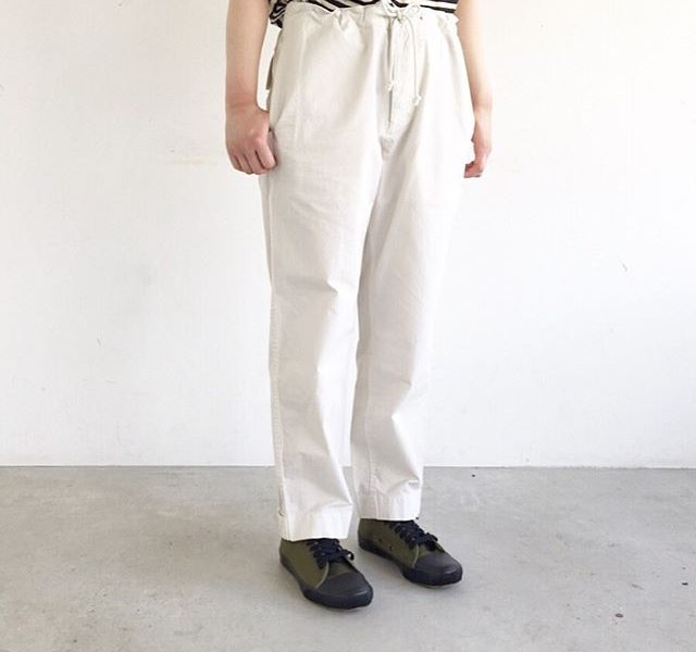.使い込むほどに味わいが増すトラウザーズ。生地も薄手なのに透け感も少なくパリッと気持ちの良い履き心地です。color ホワイト、グレーsize  Ⅰ . Ⅱ . Ⅲあわせてこちらもどうぞ@haus_howell #MHL#superfine cotton twill#trousers#hausmatsue #島根#松江