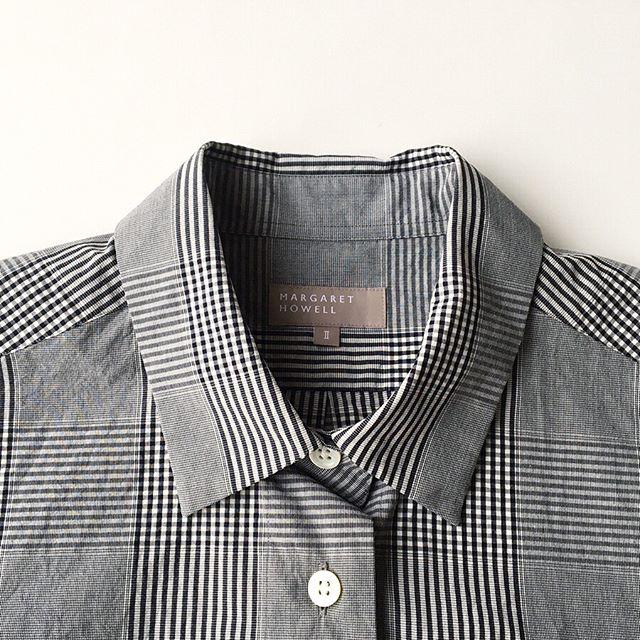 .生地を洗って天日干しをしたようなドライな風合いが特徴の素材のギンガムチェックシャツ。着丈が短くフラットなデザイン。太めなボトムやスカートとも合わせやすいシルエットです。color ブラックsize  Ⅰ . Ⅱmargarethowell #gingham overcheck cotton #shirt#hausmatsue #島根#松江