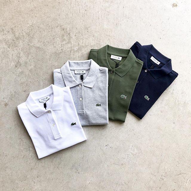 .『LACOSTE🐊』.LACOSTEの原点であり一番定番と称されるL1212Aモデルのポロシャツ。当時のモデルの雰囲気を踏襲しながらも、日本人体型を追求したジャパンメイドのモデルになります。.鹿の子のコットン地を採用しており非常に快適でサラッとした着心地です。「大人の夏服」を列挙する上で欠かせないラコステの定番ポロ。メンズレディースともにサイズをご用意しました。気軽に着れる半袖Teeもございます。.母の日のプレゼントにもいかがでしょうか.#lacoste#ラコステ#ポロシャツ#母の日#haus #haus_matsue #hausmatsue #松江カフェ #島根カフェ #松江旅行#島根旅行#松江 #島根 #山陰