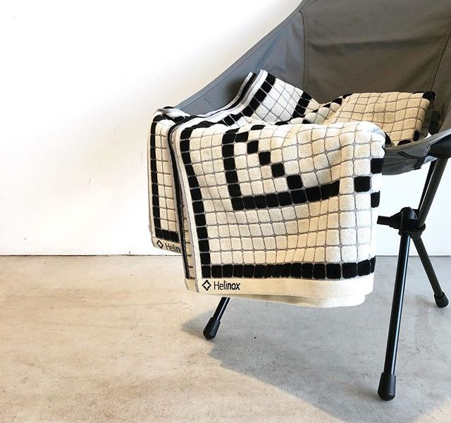 .折りたたみ椅子の権威として世界中で支持される「Helinox」から大判のビーチタオルが到着しております。.本体素材はコットン100%、180cm×90cmの大判サイズ。シリーズ史上大型のタクティカルサンセットチェアの座面もすっぽりと覆い被す事ができます。.表と裏面で触り心地が異なるのでお好きな面を選んで使い分けられます。もちろん肌触りも抜群ですよ。.モノトーンの色調でデザインされたブランドロゴのデザインがお部屋のアクセントになる事間違いなしです。夏場のタオルケットとしてもお使いいただけますのでお探しの方は是非ご覧にお越しくださいませ。.#helinox#ヘリノックス#ビーチタオル#タオルケット#haus #haus_matsue #hausmatsue #松江カフェ #島根カフェ #松江 #島根 #山陰