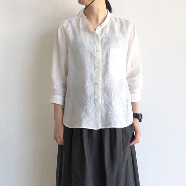 個人的にも夏の定番のFINE LINEN ほどよい袖丈に着丈のバランスも絶妙で1枚できちんとまとまるシャツです。今年はポケットの位置が少し低め。シンプルながらもこだわりのあるデザインです。color ホワイトsize  Ⅰ . Ⅱ . Ⅲあわせてこちらもどうぞ@haus_howell #margarethowell #fine linen #linen#shirt#hausmatsue #島根#松江