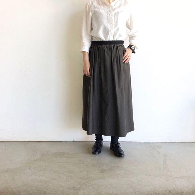 .適度な張り感を持ちながら軽く、風通しが良く肌触りの良いコットンシルク素材のスカート。ウエストのグログランもポイント。ペチコートもついてるので透け感の心配もいりません。color ブラウンsize  Ⅰ . Ⅱ .Ⅲあわせてこちらもどうぞ@haus_howell #margarethowell #cotton silk#skirt#shirt#linen#hausmatsue #島根#松江