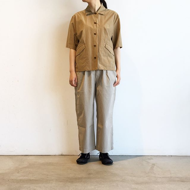 .先日ご紹介したスカートと同じ素材の軽めなトラウザーです。これからのシーズンのアクティブな日のお出かけにおすすめです。薄いのに体のラインが響きにくいのもうれしいです。color ベージュ、ネイビーsize  Ⅰ 、 Ⅱ 、Ⅲ#MHL#fine compact poplin#trousers#hausmatsue #島根#松江