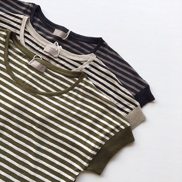 マーガレットハウエル春夏の定番の通気性・吸湿速乾性に優れたリネンストライプジャージー。.リラックスしたサイズ感ですがTシャツほどカジュアルになりすぎないところが嬉しい1枚です。colorカーキ×オフホワイトナチュラル×ブラックネイビー×グレー#margarethowell #linen stripe jersey#hausmatsue #島根#松江
