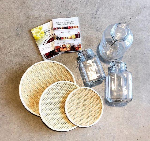 .梅酒作りに必要不可欠のイタリア製「フィドジャー」今年も多数入荷しております。.イタリアの老舗ガラスメーカーのボルミオリロッコ社が手掛けるフィドジャー。広口瓶で使いやすく、付属のパッキンを使う事でしっかり密閉が可能です。「2L・3L・5L」の各サイズをご用意しました。真夏にぴったりの涼しさ漂う美しいガラスの風合いに仕上がっています。.今の時期から仕込んでおいて、暑い真夏を迎えた頃合いにとびきり美味しい梅酒をお召し上がりいただいてはいかがでしょうか◎.#フィドジャー#madeinitaly#梅酒作り#果実酒作り#haus #haus_matsue #hausmatsue #松江カフェ #島根カフェ #松江旅行#島根旅行#松江 #島根 #山陰