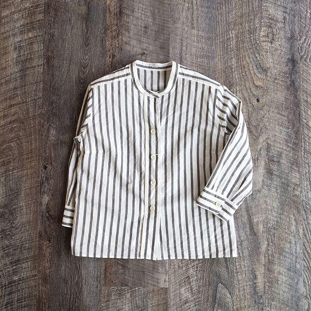 .夏らしい爽やかさのある白グランドに太いストライプが印象的なシャツ。コットンとリネンの交織素材で仕上げにタンブラーに入れて素材の柔らかさを引き出してます。これからの季節の羽織ものとしても最適です︎ ..color ホワイト×グレーsize  Ⅰ#margarethowell #bold stripe cotton linen#stripe#shirt#hausmatsue #島根#松江