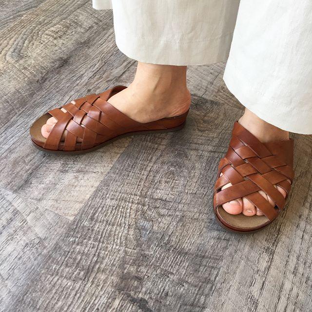 .足元にはそろそろサンダルを。足馴染みの良いメッシュのレザー。着脱が楽なのはもちろん足の甲がすっぽり隠れるデザインで安定感も抜群です。サイズが少しづつ欠けてきました!気になる方はお早めに店頭にてご試着くださいませ。color キャメル、ブラックsize  36 、37 、38 、39#vialis#meshsandal#sandal#Spain#Barcelona#hausmatsue #島根#松江