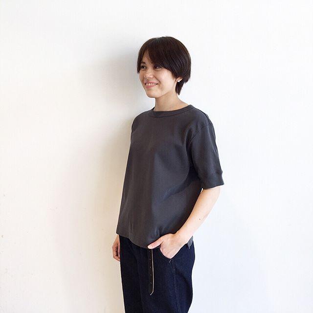 .MHLDRY RIB JERSEYこれからたくさん着るからこだわりたい自分に合うTシャツ。わたしのベストはこの1枚。インナーに悩まない透けにくさ肘までしっかりある袖の長さ。そして袖のボリュームも程よく隙間があるくらいでちょうど良い。首回りの開きも◎今年はカタチの良いTシャツがたくさん届いてます。まずは、ご試着どうぞ。color ホワイト、チャコールsize  ⅡHÅUSのハウエルのインスタはこちらです︎@haus_howell .#MHL#DRY RIB JERSEY#Tシャツ#hausmatsue #島根#松江