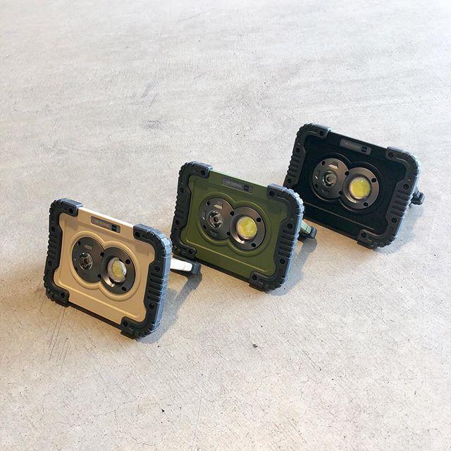 .アウトドアの外遊びなどに持ってこいのポータブルLEDワークライト。まるで昔のSF映画に出てきそうなデザイン、ミリタリーを彷彿させる色展開が男心をくすぐります。750ルーメンの強力発光LEDは三段階の光量調節が可能。ハンドルを展開させる事で地面に置いてスポットライトとして、側面には磁石が備わっているのでマグネットライトとして、実に様々な用途でお使いいただけます。アウトドアで間違いなく気分が上がるアイテム、是非店頭へご覧にお越しください。.#ledライト#ポータブルledライト#アウトドア#ミリタリー#haus #haus_matsue #hausmatsue #松江カフェ #島根カフェ #松江旅行#島根旅行#松江 #島根 #山陰