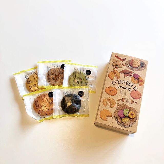 .『EVERYDAY IS SUNDAY🕊』.北海道発にして大人気の「日曜日のクッキー」が再び入荷しました。大好評の8枚入りギフトボックスも多数入荷しております◎.北海道産の自然食材にこだわって作られたクッキーたち。サクサクなものからしっとりなものまで。個性豊かなフレーバーたちが楽しませてくれます。メッセージ性あるネーミングも人気の理由の一つです。.日曜日のクッキーをお供に普段よりも少しだけ特別な週末のひと時を過ごしませんか。本日も11時よりみなさまのご来店お待ちしております︎.#日曜日のクッキー#北海道#haus #haus_matsue #hausmatsue #松江カフェ #島根カフェ #松江旅行#島根旅行#松江 #島根 #山陰