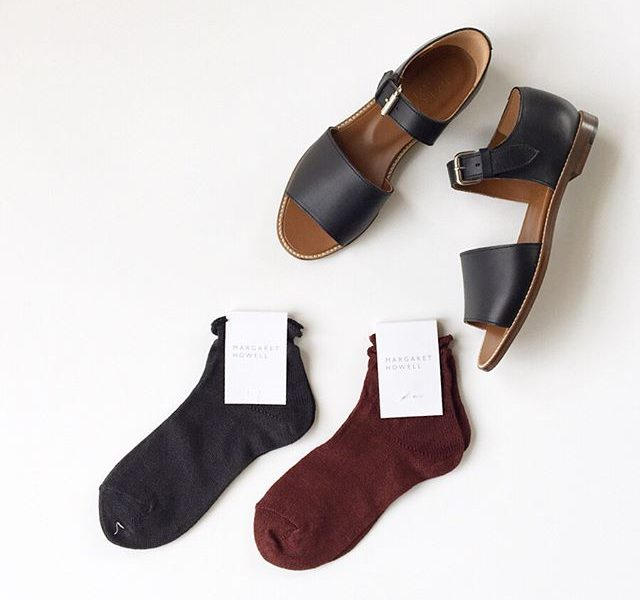 .linen bobby sock原料はメインラインのニットにも使用される、厳選されたヨーロッパリネン。風合いらハリとコシがありながらソフトで通気性が高く高温多湿な日本の季節に最適な素材。足首をしめつけないつくりで可愛いシルエットはもちろん履き心地も気持ちのいい一足です。color  チャコール、マルベリー#margarethowell #linen bobby sock#socks#sandal#hausmatsue #島根#松江