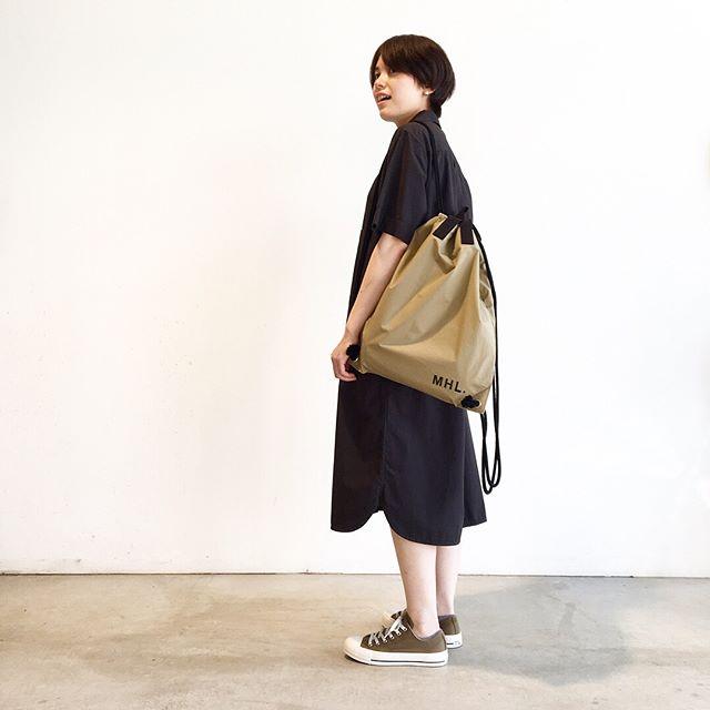 さくっと出かけたい日にもってこいのワンピース。今年のカラーのコンバースともとても合います。color  ブラック、カーキsize  Ⅰ . Ⅱ#MHL#GARMENT DYE BASIC POPLIN#ワンピース#knapsack#ALLSTAR#converse #hausmatsue #島根#松江