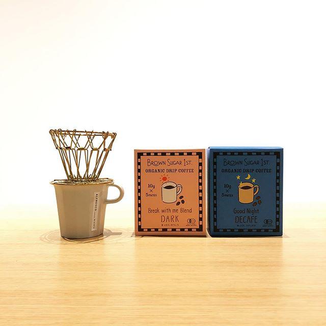 .HÅUSで人気のコーヒーグッズが再入荷しました️.緻密に組み合わせられた骨組みの「ブラス製コーヒードリッパー」。骨組みのデザインと真鍮の雰囲気が洒落た雰囲気。骨組みはコンパクトに折り畳めます。こちらも目を惹くパッケージの「オーガニックドリップコーヒー」。オーガニックの視点で厳選された素材を使用。芳ばしい香りとやわらかな甘みが心地よいDARK、夜の眠りを妨げないカフェインレスのDECADE。母親目線で考えられた安心安全なコーヒーです。ご自分用もよし、ご友人へのギフトに選ばれても喜ばれますよ◎.#detail#brawnsugar1st#coffee#haus #haus_matsue #hausmatsue #松江カフェ #島根カフェ #松江旅行#島根旅行#松江 #島根 #山陰