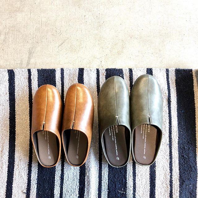 .雰囲気のあるフェイクレザーを使ったroom'sのルームシューズが入荷しました。「歩き回る」ことを考えて作られたルームシューズ。かかとに使用した弾力性あるEVAフォームが靴さながらのある着心地を実現。ラフになりすぎないデザインなので上履き使用の職場なども含め幅広いシーンでお使いいただけます。扱いやすい単色からミリタリー調の迷彩柄まで幅広くお色をご用意してお待ちしております。.#rooms#ルームシューズ#グッドデザイン賞受賞#haus #haus_matsue #hausmatsue #松江カフェ #島根カフェ #松江旅行#島根旅行#松江 #島根 #山陰