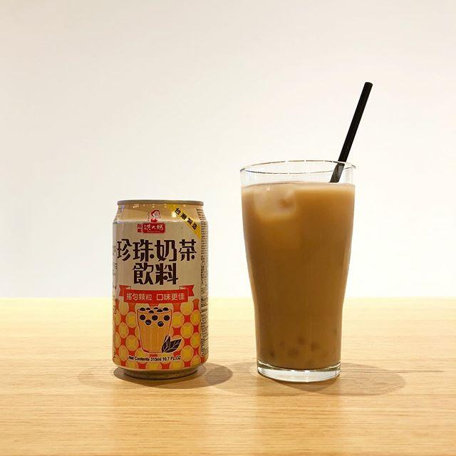 .本場台湾のタピオカミルクティーがお手軽に缶でお愉しみいただけます。「珍珠奶茶」と書いてタピオカミルクティー。コップに注ぐとたくさんの透明なタピオカがぷかぷかと水面に漂います。本場の雰囲気漂うパッケージのユニークなデザインも魅力的です。癖のない味わいですのでどなたでも好んで飲んでいただけます◎.#珍珠奶茶#タピオカ#タピオカミルクティー#haus #haus_matsue #hausmatsue #松江カフェ #島根カフェ #松江旅行#島根旅行#松江 #島根 #山陰