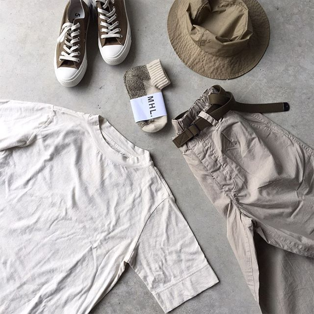 .MHLらしいワーク感ある色づかい。夏らしい白Tもほんのり燻んだニュアンスのあるカラー。HÅUSのハウエルのインスタはこちらです︎@haus_howell .#MHL#natural dye jersey #teeshirts #coating cotton typewriter#hat#fine compact cotton poplin #trousers#narrow military belt#melange short sock#socks #converse #allstar #hausmatsue #島根#松江