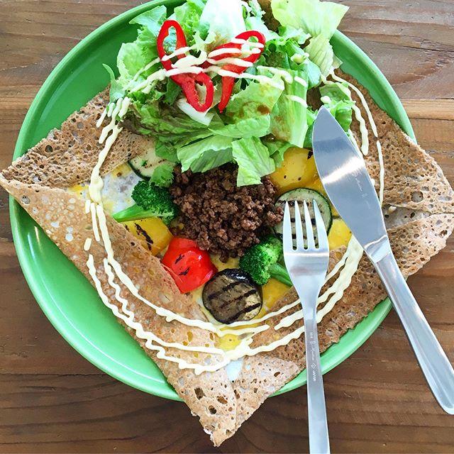 .ズッキーニにナスにパプリカたくさんのローストされた夏野菜とパンチの効いたそぼろのガレットは暑い毎日の活力に溶けそうな毎日だからこそ食べたいガレットです!サラダもトッピングされてるから口の中が時折、さっぱりするのもうれしいです🥗暑い時こそきちんと食べて夏を乗り切りましょう︎ …#夏野菜とそぼろのガレット#galette#paprika#zucchini#夏野菜#茄子#グルテンフリー #hausmatsue #島根#松江