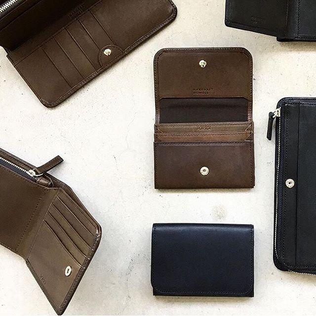.MARGARET HOWELL×PORTERサイズ感と収納力の良さで人気だったシリーズに新色のカーキが登場です。程よくオイルを染み込ませた牛革を使用し経年変化による自分色の深みを楽しめます。color カーキ、ブラック長財布二つ折り財布カードケースHÅUSのハウエルのインスタはこちらです︎@haus_howell . .#margarethowell #porter #oil leather #Italia#wallet#財布#hausmatsue #島根#松江