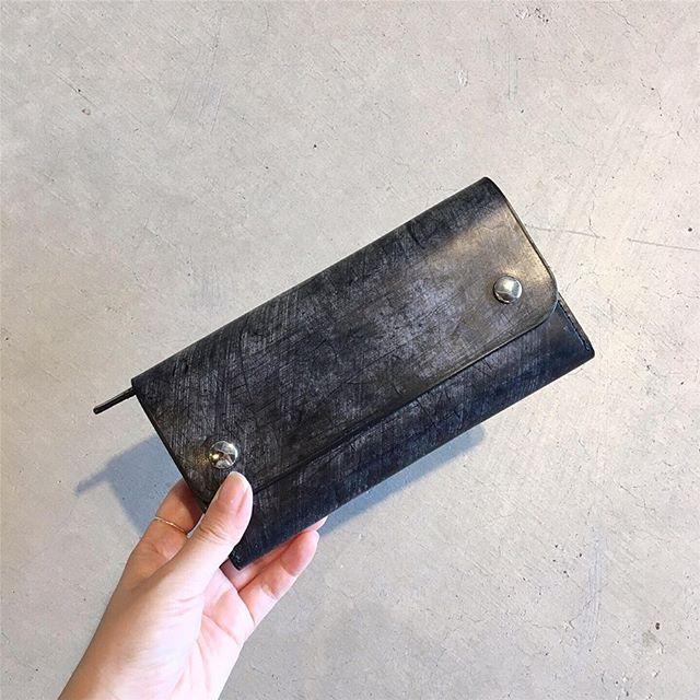 .雰囲気のあるワックスを多く含んだブライドルレザーの長財布が届きました︎ .英国製のブライドルレザーを本体表側に使用。内側にやや柔らかさのある牛革を使用する事でカードが取り入れやすく使い勝手が良いのが特徴です。color ブラックsize 縦10㎝×横19㎝HÅUSのハウエルのインスタはこちらです︎@haus_howell . .#margarethowell #leather accessory#bridleleather ##ブライドルレザー#wallet#長財布#hausmatsue #島根#松江