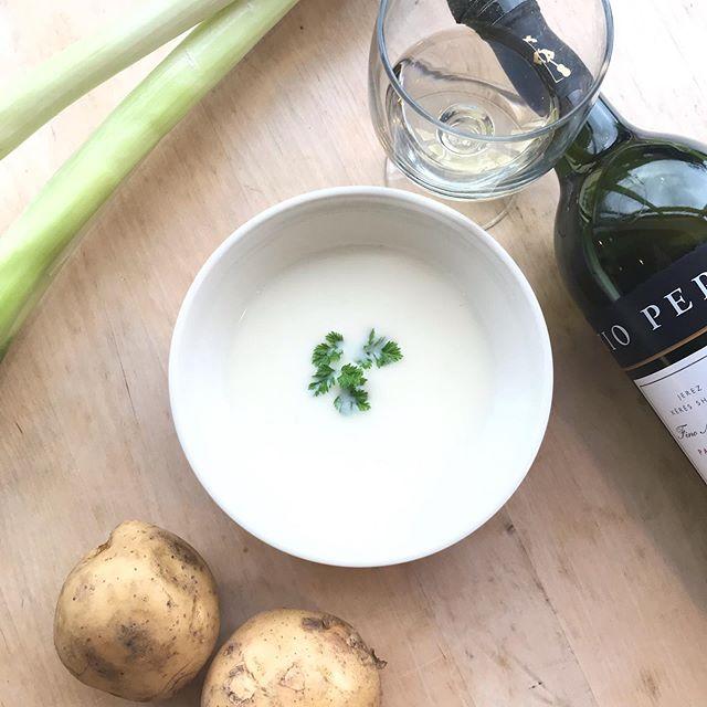 暑い日にビシソワーズはいかがですか?ビシソワーズとはジャガイモの冷製スープそこに長ネギを軽く炒め甘みを引き出し白ワインで香り付けをしました親しみやすい美味しさの中に上品な香りが隠れていて舌を楽しませてくれます#hausmatsue#TABLEHAUSE#松江カフェ #松江ランチ#ビシソワーズ#冷製スープ