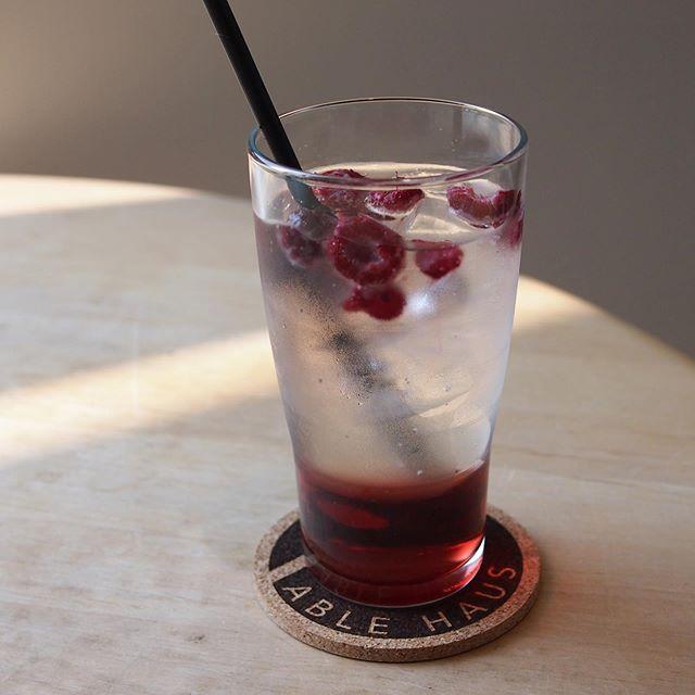 今週末も暑い日が続きそう…そんな時には冷たいドリンクで爽やかな気分になりましょう◎.あっさりとしたカシスの酸味の効いたベリーベリーソーダ🥤ぷかぷか浮かんだベリーが見た目にも可愛らしいですね♡お出かけの時の一息休憩にいかがですか?#TABLEHAUS #drink #takeout#summer#hausmatsue#島根#松江#松江カフェ