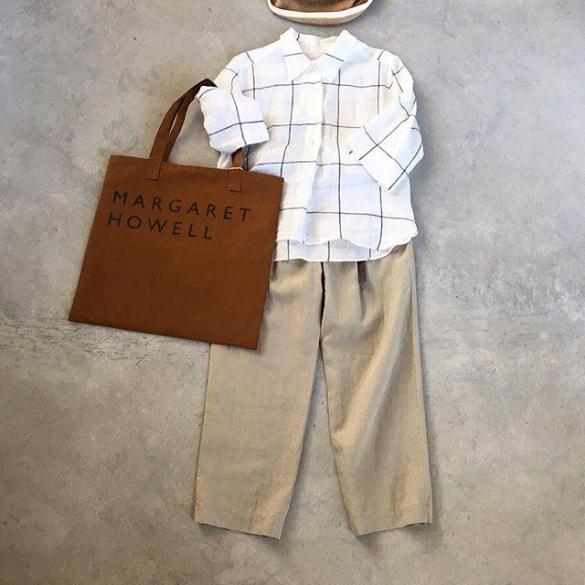 .大胆なピッチのウィンドウペンが印象的なリネンシャツと秋色のトート。少しだけ秋。HÅUSのハウエルのインスタはこちらです︎@haus_howell . ..#margarethowell #large windowpane linen#linen#shirt#trousers#matureha #hausmatsue #島根#松江