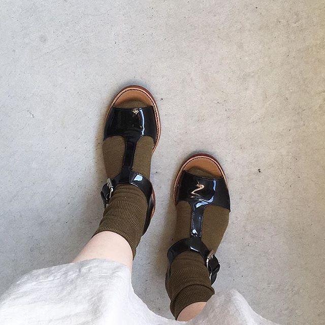 .たかが靴下されど靴下。個人的に去年、1番気に入ってはいていたメリノ靴下の今シーズンカラーが届きました。去年のルバーブ(ピンク)も良かったですけどもこのオリーブもとても良いです。差し色と言いながら主張もほどほど。いろんな方に似合う色です。color ライトグレー、アッサム、オリーブ#margarethowell #wool cashmere silksock#socks#くつした#hausmatsue #島根#松江