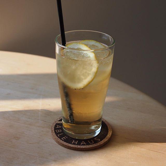 暑い日に飲みたくなる『うめジンジャー』さっぱりとした梅の酸味とジンジャーエールが夏の気だるさを吹き飛ばします◎美味しいドリンク片手に久しぶりに会ったお友達とのお喋りを楽しむ時間もいいですね#hausmatsue#cafe#drink#テイクアウト#松江カフェ#梅#ジンジャーエール#梅ジンジャー