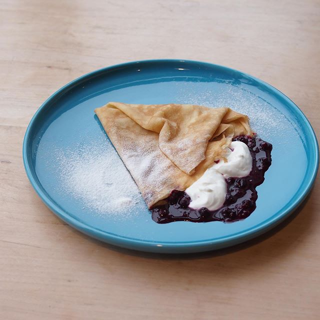 .ヨーグルトベリーは誰もが食べやすいあっさり使用◎.自家製のベリーソースの上にあっさりまろやかなヨーグルトクリームをたっぷりトッピングしましたモチモチのクレープの皮で包んで口一杯に含むと…たまらない.#hausmatsue#TABLEHAUS#crepe#クレープ#松江カフェ※こちらは14時からのカフェタイム  からのメニューとなります。
