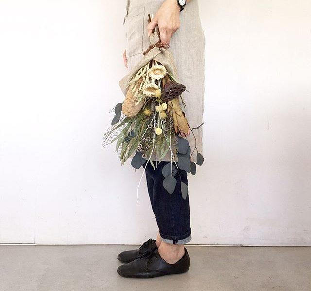 9月のLessonはスワッグ。南半球の「ネイティブフラワー」のバンクシアをメインに使った存在感あふれるスワッグです。もともと南半球に自生していた野生種をネイティブフラワーと呼びます。日本人の私たちには馴染みのない姿のお花ですが一度見ると忘れられないインパクトがあります。そんなネイティブフラワーを使ったスワッグは今まで作成したスワッグよりもぐっと雰囲気のある大人な仕上がりです。そのまま、お部屋に吊るしてもテーブルに置いても水の入ってないフラワーベースに入れても素敵です。#Lesson#ワークショップ#swag#nativeflower#バンクシア#プリザーブドフラワー