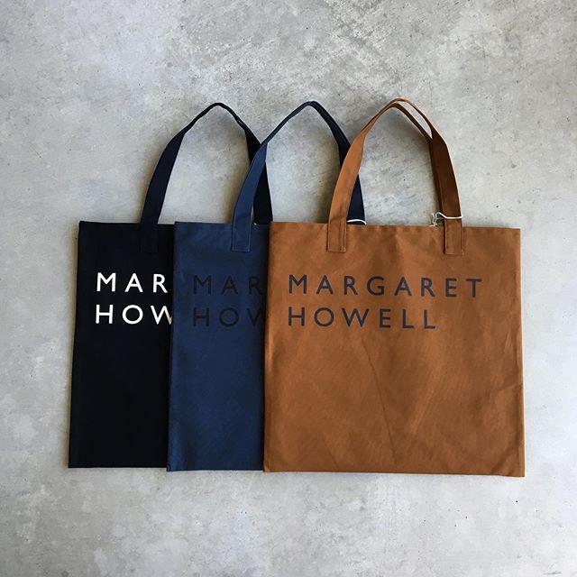 .ハウスホールド定番のコットンキャンバスのロゴバッグの秋のカラーが入荷です。ハリ感のある帆布を使用。使い込むほどに擦れなどで馴染み味のある自分だけの一枚へ育てることができます。size  タテ42㎝×ヨコ45㎝color  ブラック、ネイビー、ブラウンHÅUSのハウエルのインスタはこちらです︎@haus_howell . .#margarethowell #householdgoods #cotton logo bag#logobag#hausmatsue #島根#松江