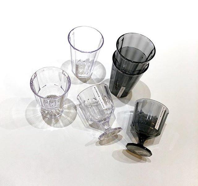 """.「身近な食事を外でも愉しむ」.""""屋外で""""という意味をもつALFLESCO。美しく上品なデザインでありながら気軽に屋外で使えるテーブルウェアを手掛けています。今回はクリアな雰囲気が魅力のタンブラー・ワイングラスが入荷しました。樹脂に竹の繊維を混ぜた素材で作られているため割れにくく、コンパクトに重ねても持ち運べます。キャンプなどアウトドアシーンはもちろん、夜の外での晩酌などにもおすすめです。.#kinto#alfresco#アルフレスコ#haus #haus_matsue #hausmatsue #松江カフェ #島根カフェ #松江旅行#島根旅行#松江 #島根 #山陰"""