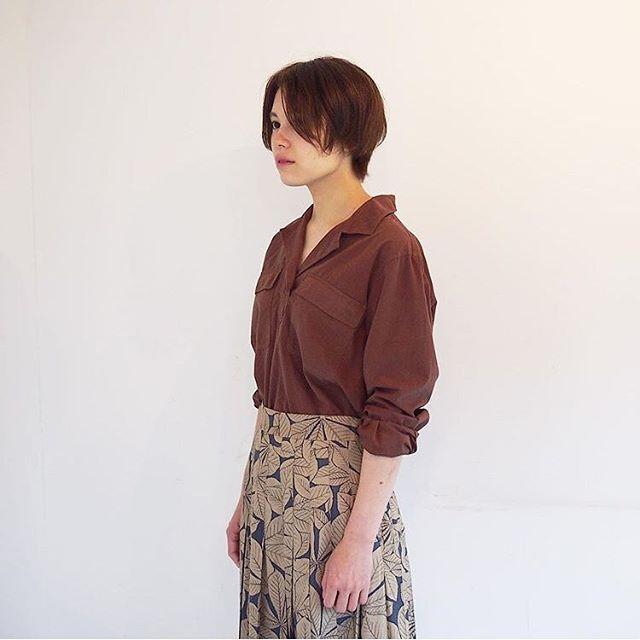 .季節の変わり目。秋の色とデザインもいろんな組み合わせで少しづつ変化をつける。洋服選びがたのしい季節です。ヴィンテージのメディカルシャツからインスピレーションを受けて作られたデザイン。通常のシャツよりも短めな着丈になっているのでジャストウエストやハイウエストのボトムとも合わせやすいサイズ感です。color  ブラウン、オフホワイトsize  Ⅰ . ⅡHÅUSのハウエルのインスタはこちらです︎@haus_howell . . .#mhl #garment dye tough cotton poplin#shirt#margarethowell #horse chestnut silk#skirt#silk#autumn #hausmatsue #島根#松江