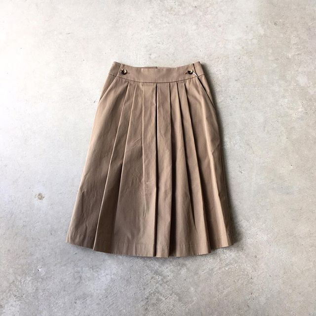 .セーラートラウザーをデザインソースにしたスカート。フロントは細かいタックを施しソフトに仕上げ、バックはトラウザーのようにすっきり。座った時にプリーツのシワを気にしなくていいのもうれしいですね。color ブラウンsize  Ⅰ . Ⅱ . ⅢHÅUSのハウエルのインスタはこちらです︎@haus_howell . . .#margarethowell #highdense cotton twill #skirt#hausmatsue #島根#松江