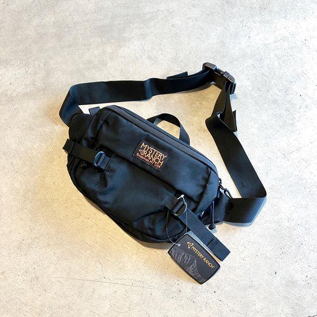 .MYSTERY RANCH「HIP MONKEY」.今や米軍用品までも手掛けるミステリーランチから、人気のヒップモンキーが再入荷しました。8.2Lを本体容量に持つのでショルダーバッグとしては大きめのビジュアルに。服装が厚くなるこれからの時期、取り入れ易いショルダーバッグかと。製造年月日などが記載された品質管理タグはアメリカ製のみに付属する拘りのディテール。質実剛健なショルダーバッグをお探しの方、ヒップモンキーを是非お試しください。.#mysteryranch#hipmonkey#military#outdoors#haus #haus_matsue #hausmatsue #松江カフェ #島根カフェ #松江旅行#島根旅行#松江 #島根 #山陰