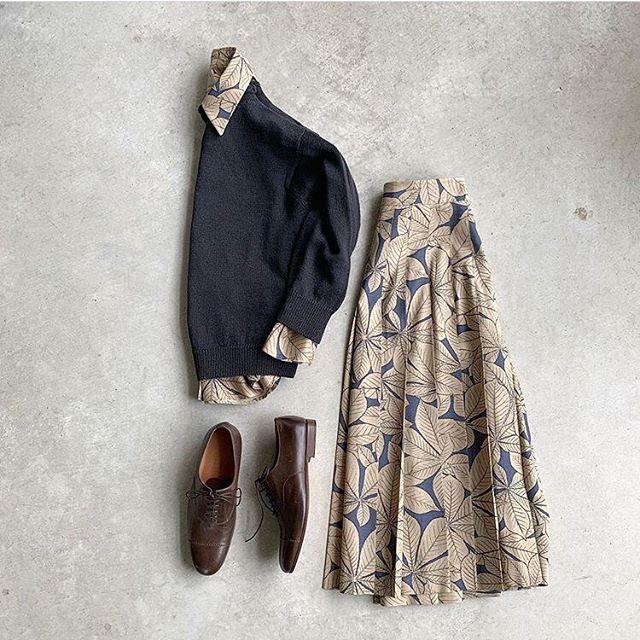ホースチェスナッツ柄のシャツがニットから少しづつのぞくのも贅沢なスタイル。color タン/ネイビーHÅUSのハウエルのインスタはこちらです︎@haus_howell . . .#margarethowell #horse chestnut silk#skirt#タッサーシルク#野蚕#セイヨウトチノキ#hausmatsue #島根#松江