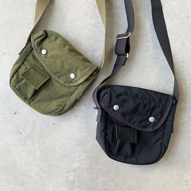 .ミリタリーの水筒カバーからインスパイアされたショルダーバッグ。フロントのかぶせのカッティングや小さいサイズのアウトポケットなどもポイント。マットな質感のナイロンも◎color カーキ、ブラックHÅUSのハウエルのインスタはこちらです︎@haus_howell . . .#MHL#CANTON#broken stripe cotton#shirt#dry linen cotton#ベスト#vintage washed nylon#bag#hausmatsue #島根#松江