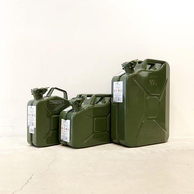 .HUNERSDORFF「Fuel Can」.高い安全性で国連からもお墨付きを得るドイツ発のHUNERSDPRFFのオイルタンク。型数豊富に今年も入荷しました。.独自のロック機構を採用し絶対の強度を誇るスチール製、軽量で開け閉めもスムーズな高密度ポリウレタン製。モデルによって素材や仕様が異なるので用途によっても選び分けられます。キャンプシーンでのウォータータンクとしてもキャンパーから注目を集めるFuel Can。災害グッズとしての所有もおすすめです。.#hunersdorff#ヒューナースドルフ#fuelcan#フューエルカン#haus #haus_matsue #hausmatsue #松江カフェ #島根カフェ #松江旅行#島根旅行#松江 #島根 #山陰