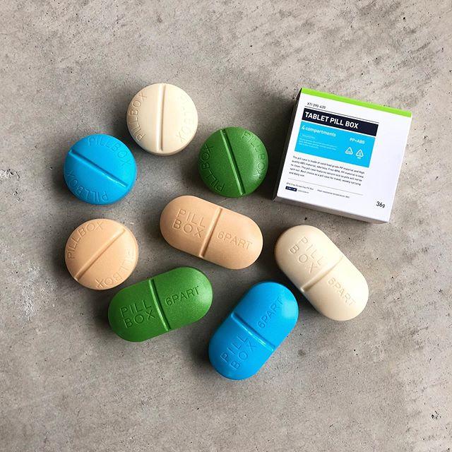 .クラシカルなデザインが特徴のピルケースが入荷しました。錠剤の形状でカラフルな色展開。丸型の36gとカプセル型の50gがございます。常用しているお薬を保管するのにもぴったり。話のネタにもなりそうです。.#detail#pillbox#capsulebox#haus #haus_matsue #hausmatsue #松江カフェ #島根カフェ #松江旅行#島根旅行#松江 #島根 #山陰