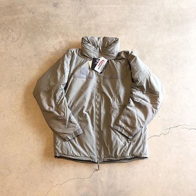 .数々の有名ブランドがサンプリングした事で昨今注目を集めるGen IIIのレベル7ジャケットが遂にHÅUSに入荷しました。.新型米陸軍が採用するレイヤリング最終防寒アウター(通称レベル7)。米国ALBANY社が米国軍のために開発した、暖かさがダウンの約8倍とも言われるポリエステル使用のプリマロフトを中綿に採用。着用時に極上の暖かさを発揮します。外側のシェルには軽量透湿通気性超撥水生地とも言われるEPIC(Nextec社)を使用。アウター特有のゴワつきなどもなく非常に快適な着用感です。.#gen3#level7#primaloft#military#haus #haus_matsue #hausmatsue #松江カフェ #島根カフェ #松江旅行#島根旅行#松江 #島根 #山陰